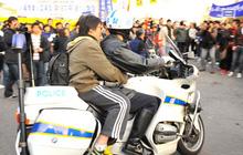 Ngầu như cảnh sát Hàn Quốc: Lao xe đâm gãy cổng trường để hộ tống thí sinh kịp thi Đại học do đến muộn