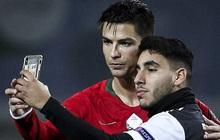 Khai trương kiểu tóc mới, Ronaldo tự tin selfie cùng fan cuồng, khiến anh chàng này bật khóc nức nở trong lúc bị bảo vệ kéo ra khỏi sân
