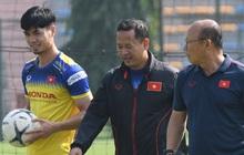 """Công Phượng mải mê """"biểu diễn"""" rê bóng, được HLV Park Hang-seo nhắc nhở riêng trong buổi tập sau trận đấu với UAE"""