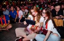 Giải mã chiếc điện thoại được hàng loạt tín đồ túc cầu selfie tại trận đấu vòng loại World Cup Việt Nam - UAE
