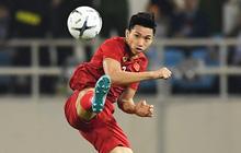 """Văn Hậu hóa người khổng lồ, """"đè bẹp"""" các cầu thủ UAE trong cuộc đọ sức tại Vòng loại World Cup 2022"""