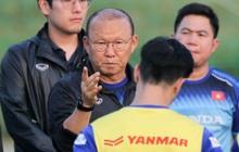"""HLV Park Hang-seo """"đáp trả"""" đồng nghiệp Nhật Bản: Cấm cửa phóng viên Thái Lan ở buổi tập của tuyển Việt Nam"""
