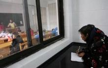 Xúc động trước hình ảnh cụ bà 68 tuổi ngày ngày đứng ngoài cửa lớp học ghi chép bài, hỏi mới biết lý do là vì đứa cháu bị dị tật bẩm sinh