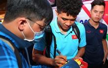 Thủ môn quốc dân Bùi Tiến Dũng tươi như hoa, Đức Chinh nhận quà đặc biệt từ fan ngày U22 Việt Nam vào TP.HCM chuẩn bị cho SEA Games 30