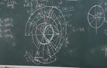 Đi vệ sinh 5 phút quay vào thấy bảng kín chữ và đầy hình vẽ khó hiểu, sinh viên than trời vì học lại 4 lần vẫn không hiểu gì