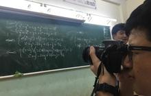 Thầy giáo cấm dùng điện thoại chụp ảnh bài giảng, nam sinh đầu tư hẳn máy ảnh khiến thầy đứng hình
