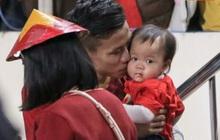 Đội trưởng Quế Ngọc Hải hôn con gái Sunny, Duy Mạnh mang nước cho mẹ và bạn gái sau trận hoà Thái Lan