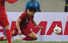 Văn Hậu chấp nhận bị đá thẳng vào người để cứu thua cho tuyển Việt Nam, hình ảnh làm fan liên tưởng tới huyền thoại MU ngày nào