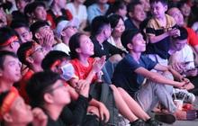 CĐV đồng loạt vỗ tay khi Anh Đức được tung vào sân, đá trận cuối cùng trong màu áo ĐT Việt Nam