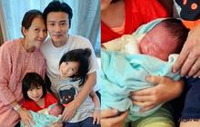 """""""Hoàng hậu"""" Thái Thiếu Phân vỡ oà hạnh phúc khi sinh con thứ 3 ở tuổi 46, gương mặt bé hội tụ nét đẹp cả bố lẫn mẹ"""