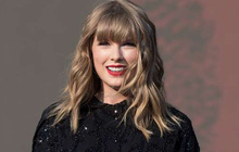 """Tin vui nối tiếp tin vui: Taylor Swift chính thức được dỡ lệnh """"cấm"""" biểu diễn hit cũ tại AMAs, lại được Billboard vinh danh là """"Người phụ nữ của thập kỷ"""""""
