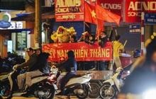 Người hâm mộ Hà Nội mang đầu lân sư tử xuống đường sau màn thể hiện kiên cường của đội tuyển Việt Nam trước Thái Lan