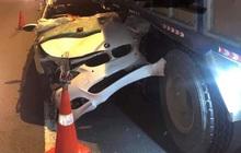 TP.HCM: Xe BMW dính chặt vào xe tải trên cao tốc sau tai nạn, tài xế tử vong