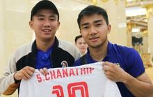 """Về khách sạn lúc 23h, """"Messi Thái"""" Chanathip vẫn miệt mài ký tặng 7 chiếc áo đấu dành riêng cho chàng trai Việt hâm mộ cuồng nhiệt"""