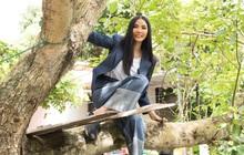 Hoàng Thùy tinh nghịch leo cây, lấy lá chuối thiết kế trang phục khi trở về quê