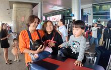 Bé Sa và hành trình trên máy bay về Việt Nam: không rời mẹ nửa bước, fan xin bế cũng không cho