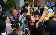Người dân Sài thành bịn rịn chia tay thầy trò Park Hang-seo ở khách sạn, chúc U22 Việt Nam gặt vàng tại SEA Games 30