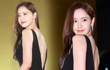 Khổ thân Yoona, mải tươi cười khoe body sexy tại thảm đỏ Rồng Xanh mà không biết bị lộ cả mảng phấn trắng sau lưng