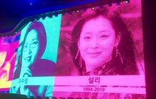Knet tranh cãi chuyện nhóm nhạc huyền thoại U2 tưởng nhớ Sulli tại concert của mình ở Hàn Quốc, xếp nữ idol cạnh các chính trị gia, vận động viên nổi tiếng