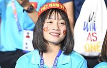Hot girl sân cỏ Hoàng Thị Loan lại chiếm spotlight trên khán đài trận chung kết Việt Nam đấu Indonesia