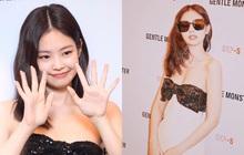 """Vừa cosplay """"bé gấu"""" tại sân bay, Jennie đã lại hóa quý cô sexy, diện váy buông lơi khoe ngực căng tràn ở sự kiện"""