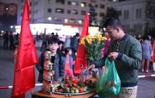 Cư dân HH Linh Đàm mua xôi gấc, luộc gà thắp hương cầu may cho U22 Việt Nam trong trận chung kết gặp Indonesia