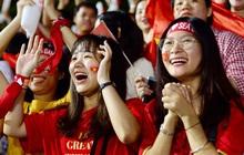 """CĐV nhảy lên ăn mừng khi U22 Việt Nam gần như chạm tay vào """"giấc mơ vàng"""" sau khi Văn Hậu lập cú đúp gia tăng cách biệt 3-0"""