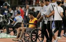 Va chạm mạnh với Văn Hậu, sao U22 Indonesia phải ngồi xe lăn ra nhận huy chương bạc