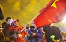 """CĐV nhảy lên ăn mừng khi U22 Việt Nam chính thức chạm tay vào """"giấc mơ vàng"""" sau khi giành chiến thắng 3 - 0 trước ĐT Indonesia"""
