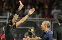 Góc lý giải: Luật nào khiến ông Park Hang-seo trở thành HLV đầu tiên của bóng đá Việt Nam phải nhận thẻ đỏ?