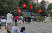 Người Sài Gòn mang tivi ra công viên xem và cổ vũ U22 Việt Nam đại chiến với Indonesia tại trận chung kết SEA Games 30