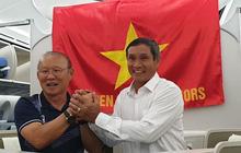 HLV Park Hang-seo và Mai Đức Chung nắm chặt tay nhau trên chuyến bay lịch sử mang 2 huy chương vàng về cho bóng đá Việt Nam