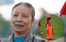 """Mẹ của cầu thủ Xuyến Xeko - """"nữ chiến binh"""" lớn tuổi nhất trong ĐT bóng đá nữ Quốc gia xúc động khi có mặt tại SB Nội Bài: """"Yêu nghề con cứ đi"""""""