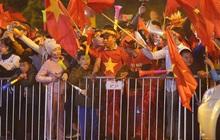 Máy bay đưa đoàn thể thao Việt Nam về trễ hơn dự kiến, người thân cùng hàng trăm CĐV chờ đợi khoảnh khắc được gặp các VĐV