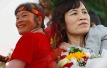 Người thân cùng hàng nghìn CĐV đã có mặt tại sân bay Nội Bài chờ đón đoàn thể thao Việt Nam dự SEA Games trở về