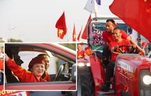 """Ảnh: Mẹ Quang Hải gây chú ý với gương mặt tươi rói đầy tự hào, gia nhập """"đội quân máy cày"""" lên sân bay Nội Bài đón con trai"""