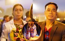 Cha mẹ Tiến Linh bay từ Bình Dương ra Hà Nội đem theo 2 đôi giày đá bóng tặng con trai trong đợt tập huấn tới ở Hàn Quốc