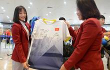 """Đáng yêu như """"crush quốc dân"""" Hoàng Thị Loan: Hoá thân thành fan girl, ráo riết săn tìm từng chữ ký cầu thủ U22 Việt Nam"""
