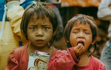 Dân mạng chia sẻ hình ảnh bé trai lấm lem, khóc nức nở khi nhận bánh mì từ thiện khiến nhiều người nghẹn ngào
