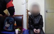 Không làm bài tập về nhà cậu bé 10 tuổi bị bố bắt quỳ phạt, xin ăn ở ga tàu điện ngầm từ lúc 4h sáng trong tiết trời giá lạnh