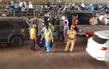 TP.HCM: Được ứng cứu khi ô tô tông vào dải phân cách ngay cửa hầm Thủ Thiêm, tài xế bất ngờ bỏ chạy