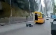 Xe buýt 'đánh rơi' học sinh, suýt gây tai nạn nghiêm trọng