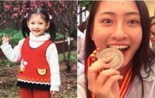 Loạt ảnh cực hiếm thời ngố tàu đi học của Lương Thuỳ Linh: Xinh đẹp từ bé, không trang điểm vẫn nổi bật hơn bạn đồng trang lứa