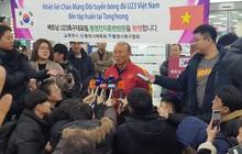 Báo chí Hàn Quốc đứng chật ở sân bay, săn đón U22 Việt Nam và HLV Park Hang-seo