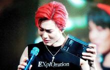 """Ném iPhone 11 lên sân khấu: Pha tặng quà idol """"chất như nước cất"""" từ fan cứng EXO"""