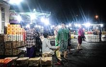 """Phận đời những nữ cửu vạn """"bán sức"""" trong đêm tại chợ Đông Ba: """"Không giành nhau từng bao hàng thì con cái chúng tôi lấy gì ăn?"""""""