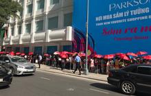 Store UNIQLO càng về chiều càng đông: Khách xếp hàng dài hơn trăm mét được staff phát ô cho đỡ nắng, có người đợi đến 1,5 giờ mới được vào shopping