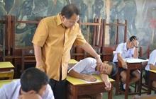 Học trò ngủ gật trong giờ học, thầy giáo không gọi dậy mà đến kiểm tra... xem còn thở không khiến cả lớp cười ngất