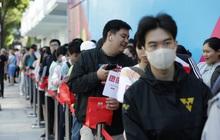 UNIQLO Đồng Khởi chính thức mở cửa đón khách, lượng khách đang đông lên trông thấy