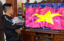 Bùi Tiến Dũng tay bế con, mắt dán vào màn hình: Hội trưởng hội bố bỉm vượt khó xem bóng mùa Sea Games đây rồi!